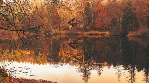 осенний пейзаж - лес с домом и водоем
