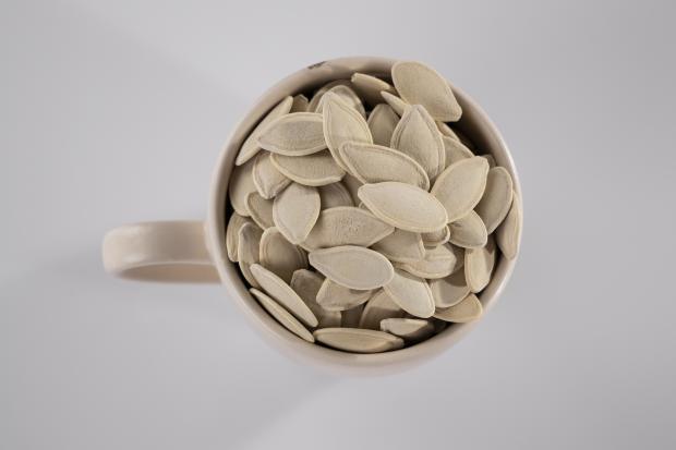 тыквенные семена в чашке