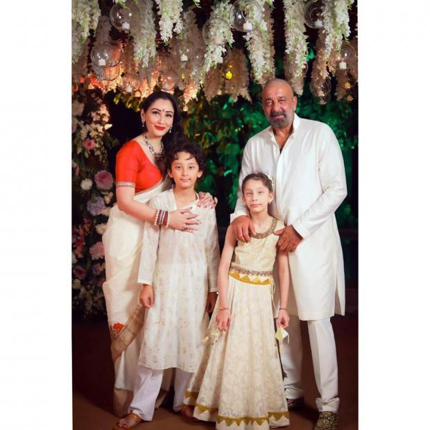 Санджай Датт с женой и детьми в традиционных индийских нарядах