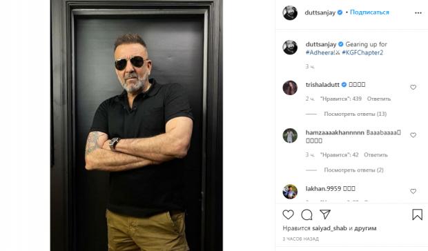 Санджай Датт в черной футболке и очках