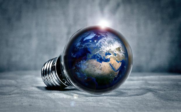 электрическая лампочка с изображением земли внутри
