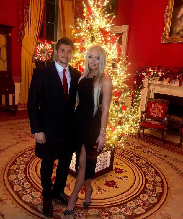 Тиффани и Майкл в Белом доме в красиво украшенной комнате к Рождеству