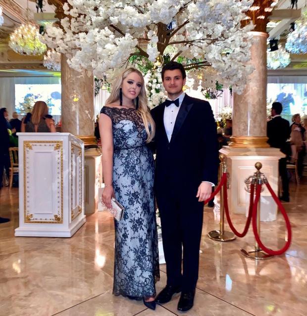 Тиффани в красивом кружевном платье с парнем на светском событии