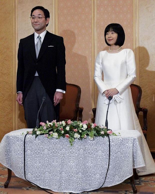 Саяко Курода в красивом белом атласном платье