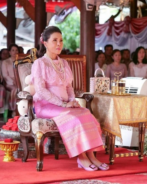 Принцесса Убол Ратана в красивом розовом платье