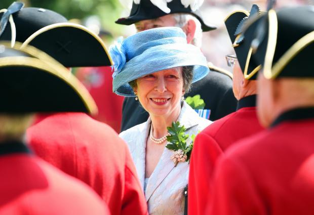 Принцесса Анна в голубом платье и шляпке