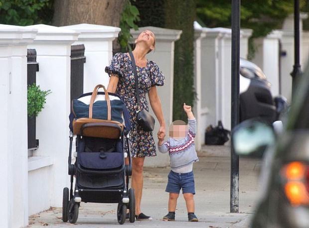 Пиппа катит коляску и ведет за руку сына на прогулке в Лондоне