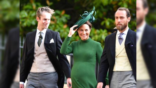 Беременная Пиппа в красивом темно-зеленом платье с мужем и братом