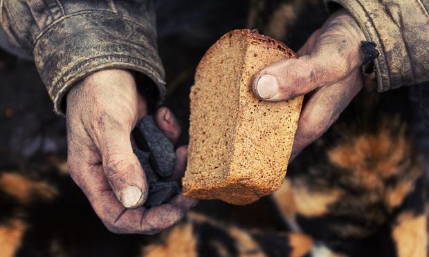 нищий с куском хлеба в руках