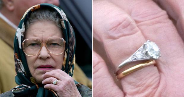 Елизавета II в платке и очках и ее обручальное и помолвочное кольцо