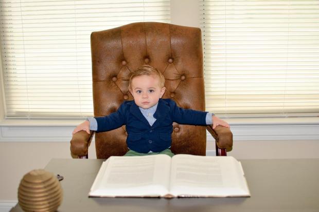 ребенок в костюме и в кресле