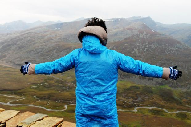 мужчина вершине горы
