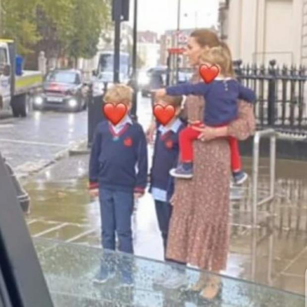 Кейт Миддлтон в платье в мелкий цветочек держит на руках дочь, а рядом с ней сын и его школьный друг