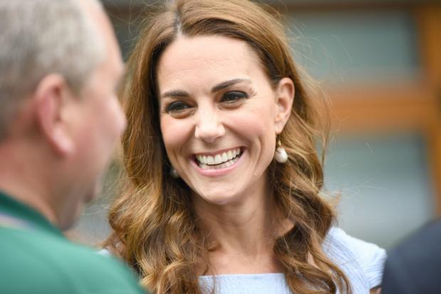 Кейт Миддлтон широко улыбается во время разговора