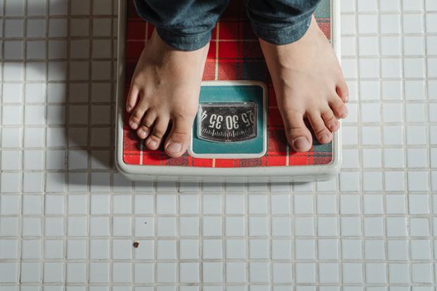 ноги, стоящие на весах