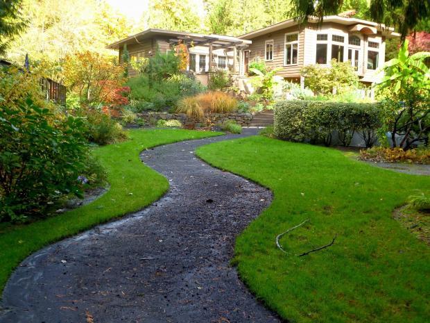 дорожка, ведущая к красивому загородному дому