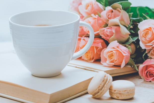 чашка кофе стоит на книге, розы, печенье