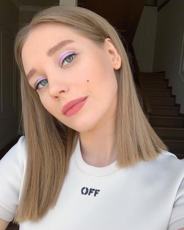 Кристина Асмус в белой футболке