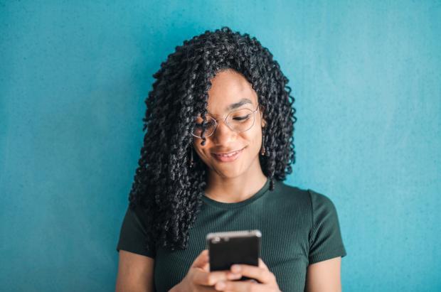 Девушка пишет сообщение на телефоне