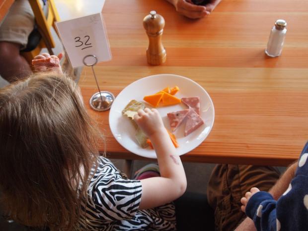 ребенок с едой