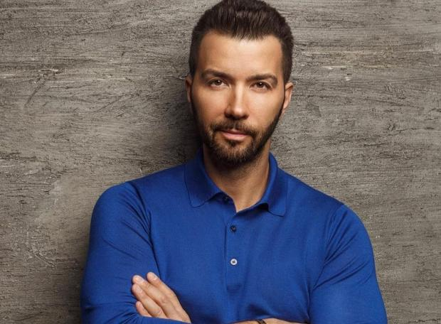 Денис Клявер в синей рубашке