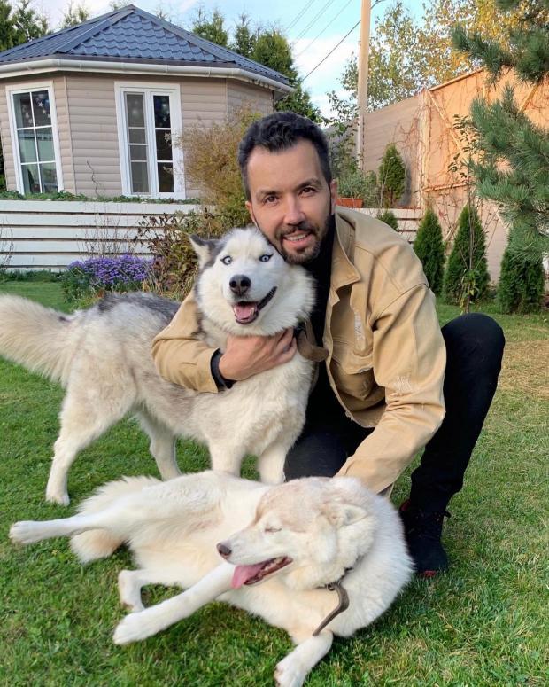 Денис Клявер с двумя собаками