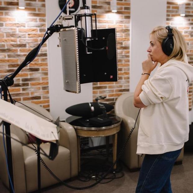 Алена Апина в студии звукозаписи