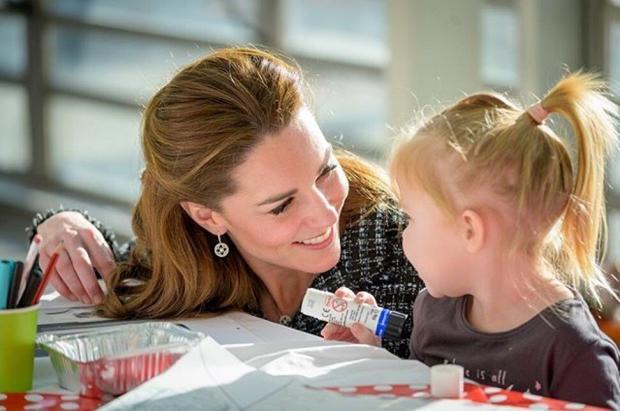Кейт делает подделки с детьми