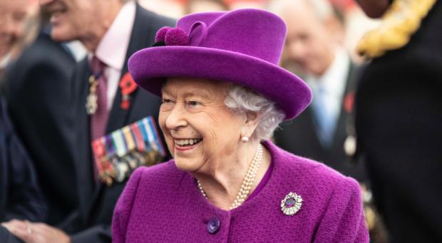 Улыбающаяся королева в бордовом наряде