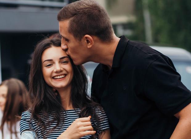 Парень целует девушку в висок