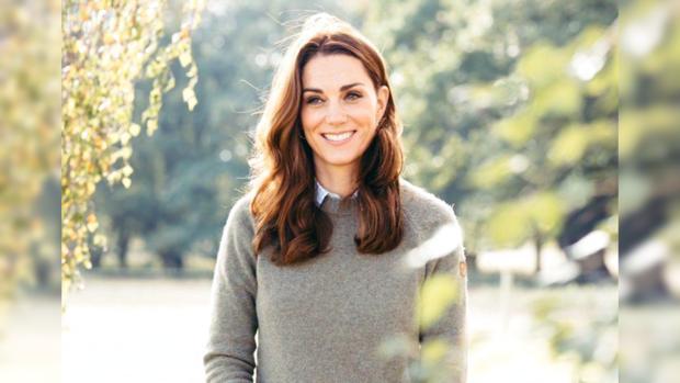 Кейт Миддлтон с красивой прической и в сером свитере