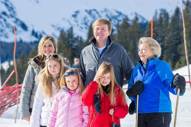 Король Нидерландов с матерью, женой и детьми на лыжах