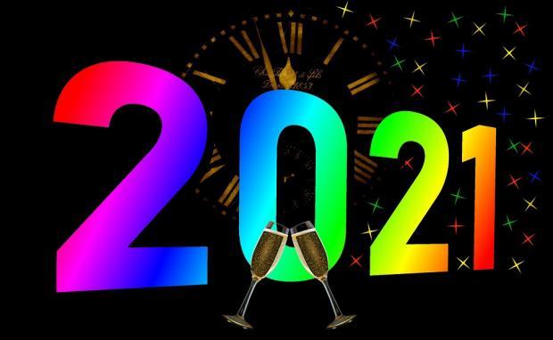 салют часы и бокалы с шампанским при встрече 2021 года