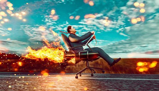 мужчина в компьютерном кресле мчится по морю
