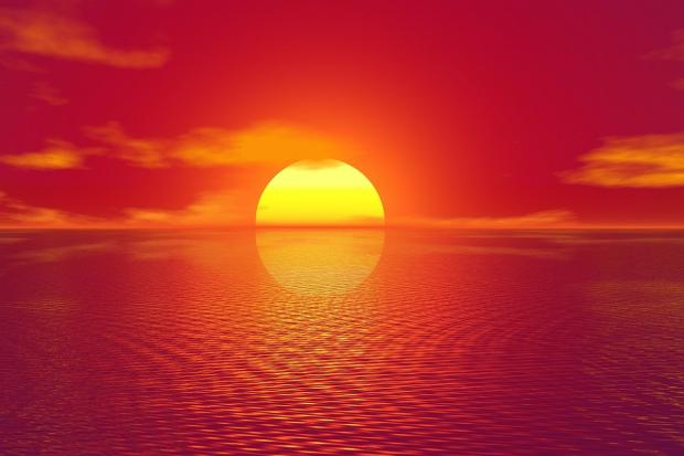 багровый закат Солнца над морем