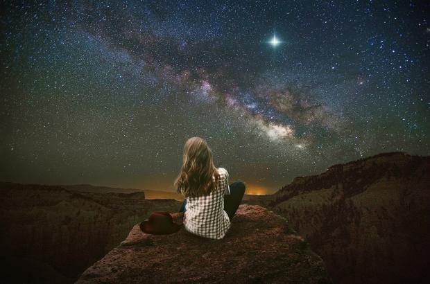 девушка на горе под звездным небом