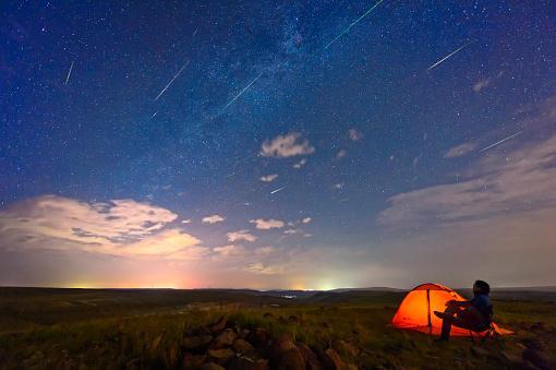 звездопада ждет человек в палатке