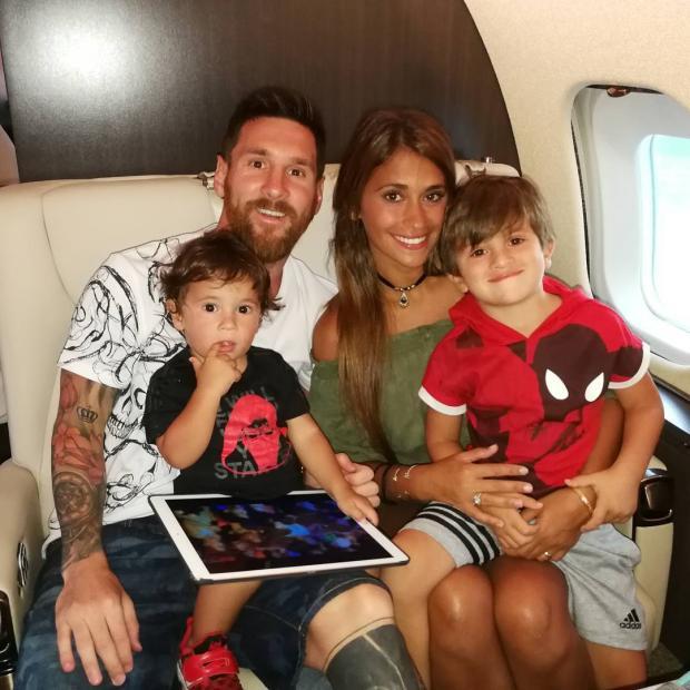 Месси с женой и детьми