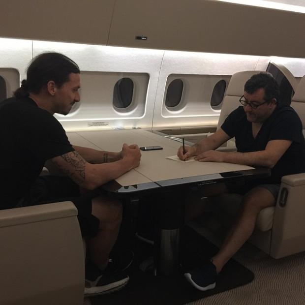 Златан на борту частного самолета