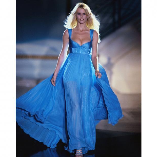 Клаудия Шиффер в голубом платье