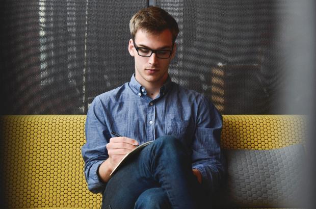 молодой человек пишет