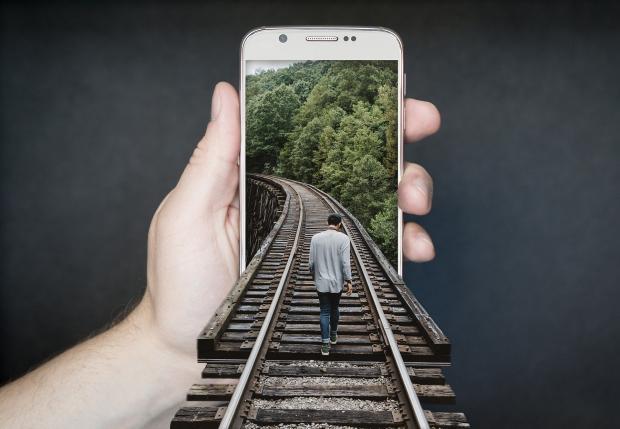 железнодорожные пути, уходящие в экран смартфона