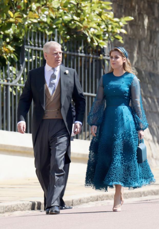 Принцесса Беатрис в красивом синем платье идет вместе с отцом