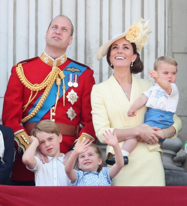 Кейт Миддлтон на руках с младшим сыном, Принц Уильям, Принцесса Шарлотта и Принц Джордж