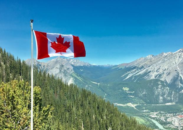 Флаг Канады на фоне гор