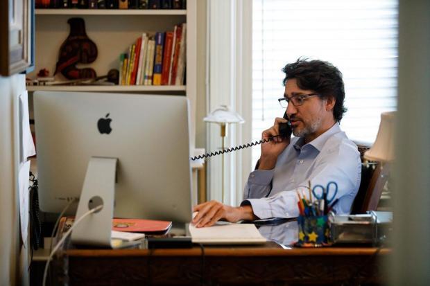 Джастин Трюдо сидит за столом