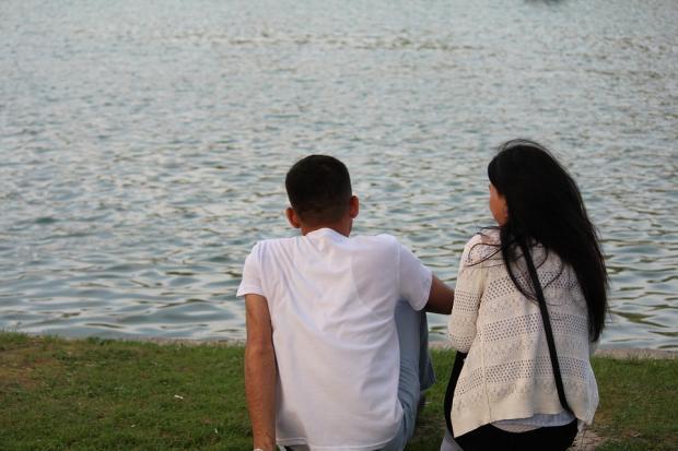 влюбленные сидят на берегу моря