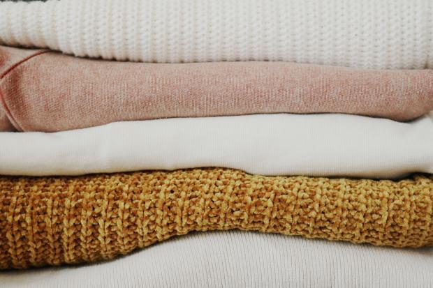 стопка теплой шерстяной одежды