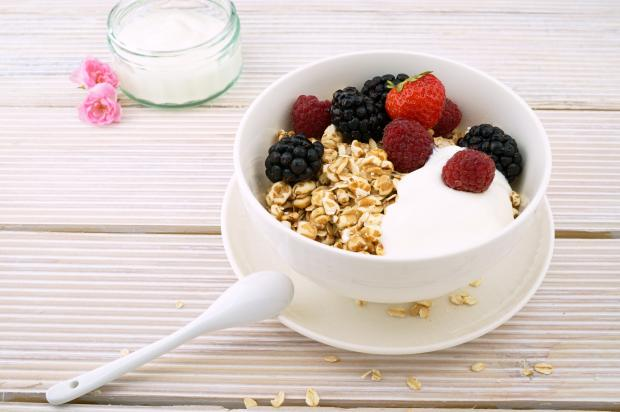 овсяная каша с ягодами и молоком