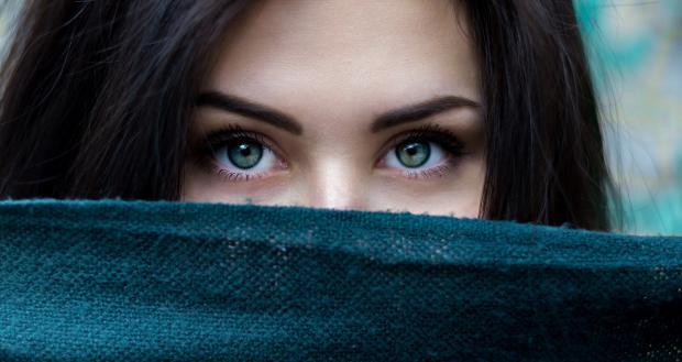 брюнетка закрыла шарфом нижнюю часть лица